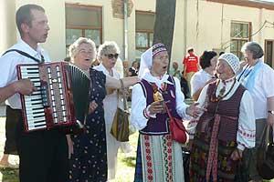 """Tautiškas dainas """"Savanorių dienos"""" šventės agapėje gražiai dainavo Alma Galuzienė ir Danutė Radzevičienė"""