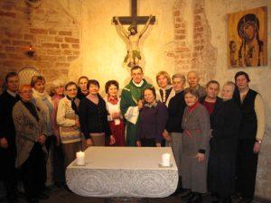 Vilniaus Šv. Kryžiaus namų Pal.J. Matulaicio draugijos nariai po duoto draugijos nario pasižadėjimo koplyčioje.